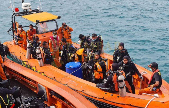 Penyelam profesional Indonesian Divers Rescue Team (IDRT) dan tim