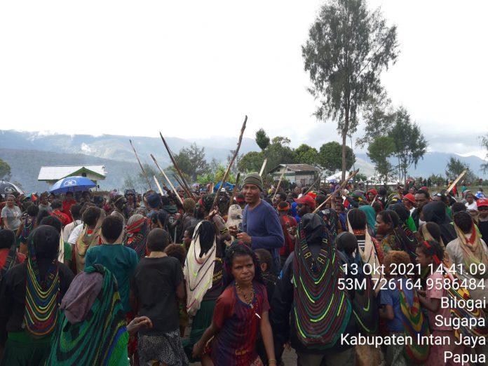 Ribuan masyarakat Intan Jaya, Rabu pagi, (13/10/2021), mengadakan upacara bakar batu